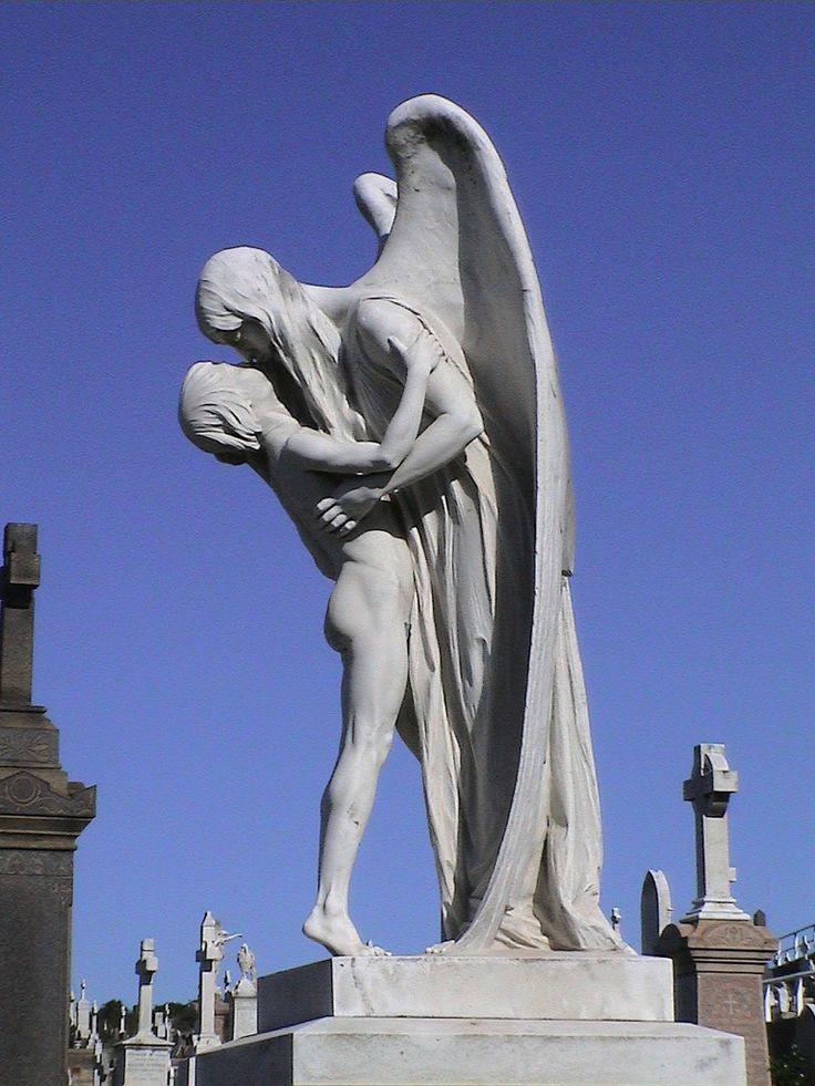 Fotógrafo registra as Impressionantes e sombrias estatuas em cemitérios |