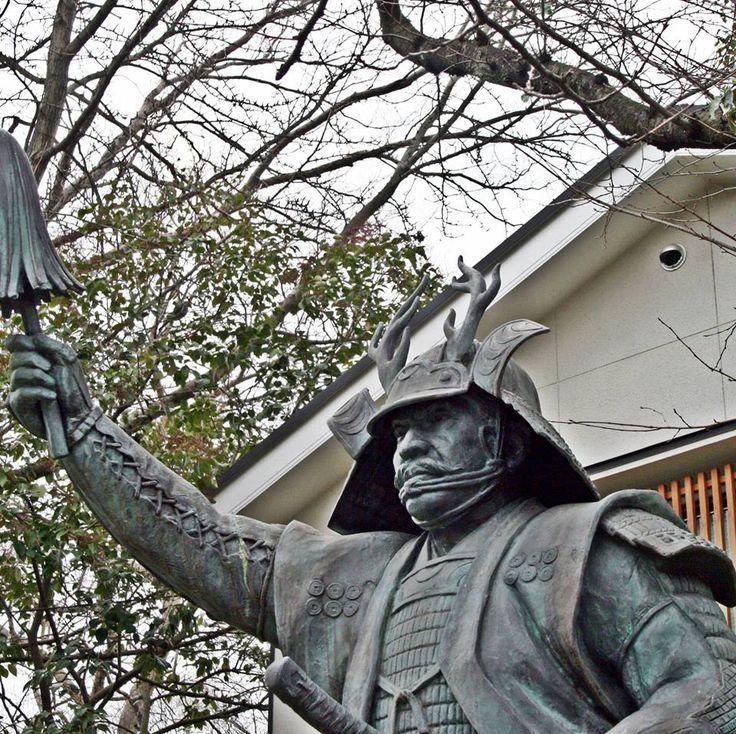 Ceci est une statue de bronze de Sanada Yukimura qui se situe à Temple Sanko dans la ville d'Osaka.