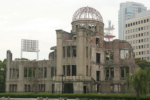 Cúpula de la Bomba Atómica    La Cúpula Genbaku, también conocida como el Memorial de la Paz de Hiroshima, o la Cúpula de la Bomba Atómica es parte del Parque Memorial de la Paz de Hiroshima.  El edificio fue diseñado por el arquitecto checo Jan Letzel. Se completó en abril de 1915 y era un edificio para mostrar exposiciones.