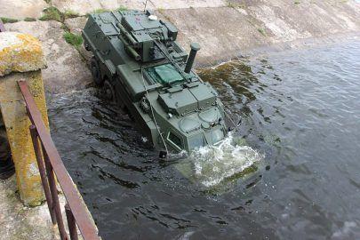 БТР-4 прошёл испытание водой. ФОТОРЕПОРТАЖ http://dneprcity.net/blogosfera/btr-4-proshyol-ispytanie-vodoj-fotoreportazh/  На Харьковщине прошли испытания славноизвестного бронетранспортера БТР-4. Испытания – на воде. Проще говоря – окрестили! Ритуал проводился на Салтовском водохранилище и завершился успешно. zloy_odessit