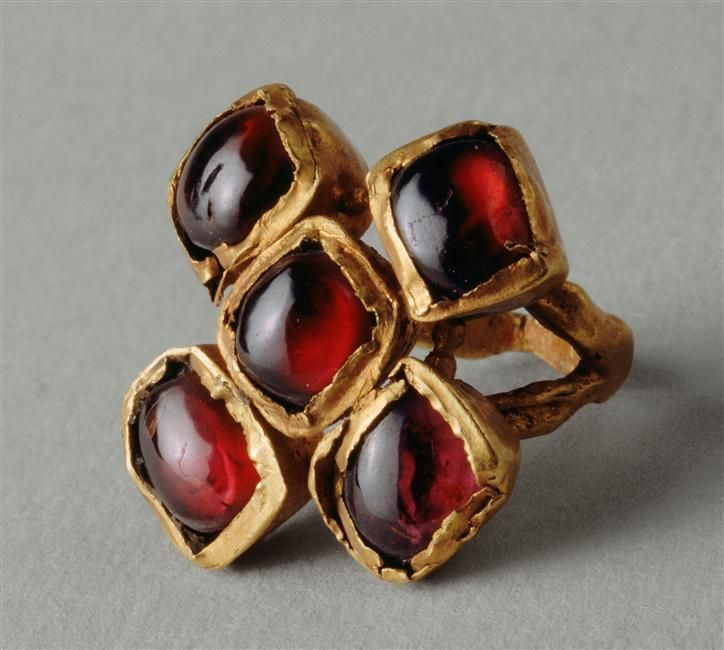 Réunion des Musées Nationaux-Grand Palais - Garnet encrusted ring from the Roman empire, circa 307-425 AD