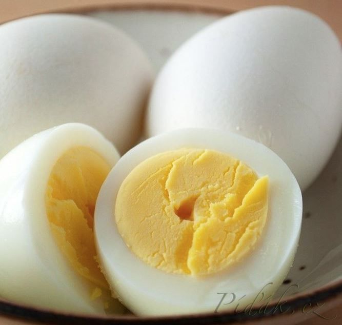 Bramborový salát s vejci a majonézou  POTŘEBNÉ PŘÍSADY: 250g brambor 6 vařených vajec 100g majonézy 1 cibule podle chuti: ocet, plnotučná hořčice, krupicový cukr, sůl  POSTUP PŘÍPRAVY: Brambory uvaříme ve slupce, ještě teplé je oloupeme, nakrájíme na kostičky, necháme vychladnout.