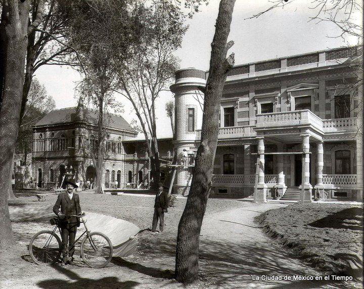 Casas ricas en la aun existente colonia San Rafael, en la zona centro de la Ciudad de México. Foto tomada aproximadamente en 1896.