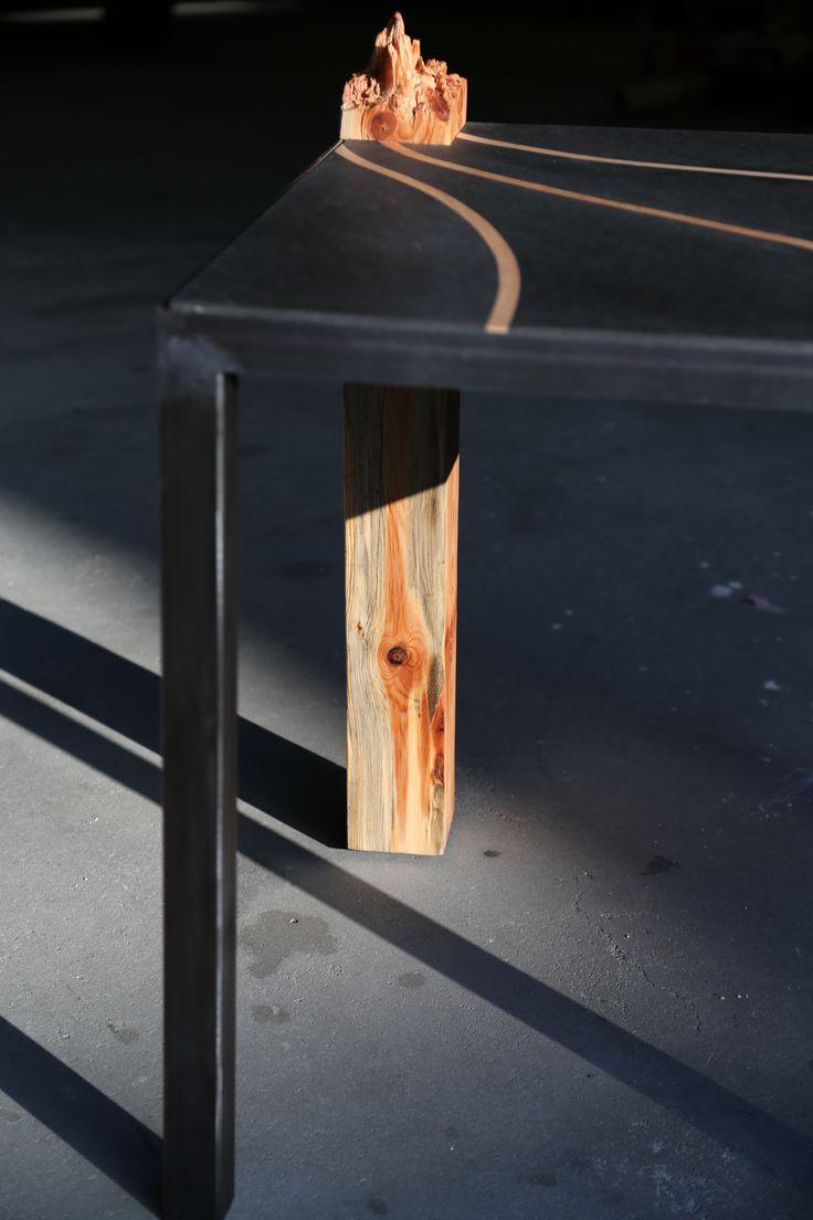 Beistelltisch mit Holzbein. Geschwungene Buchenholzstäbe in einer schwarzen Holzplatte auf Stahlgerüst. #Schmieden #Kunst #Design #Handwerk #Arbeit #Holz #Stahl #Kunsthandwerk #Berlin #Tisch