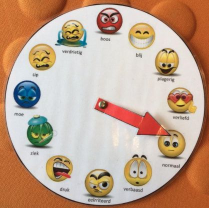 EMOTIEMETER: De lln kunnen de op de emotiemeter aanduiden hoe zij zich voelen. VARIATIE1) Dit kan gebaseerd zijn op de activiteit: was de lln blij, ziek, boos, ... VARIATIE2) Kan gebaseerd worden op de leerinhoud. Wat vond de lln van de leerinhoud + laat ze uitleggen. Vb: boos= omdat het moeilijk was, Blij= omdat het makkelijk was,... BRON: https://www.pinterest.com/pin/809873945461815026/