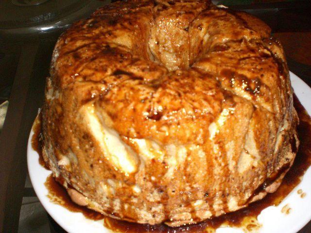 12 claras 12 colheres de sopa de açúcar Caramelo líquido q.b. Doce de ovos q.b. (opcional) Ligar o forno a 180ºC Barre a forma com caramelo líquido em toda a forma. Bater as claras em castelo e ir juntamente as colheres de açúcar. Dispor as...