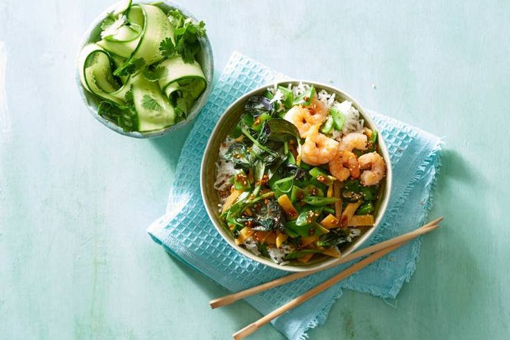 Kijk wat een lekker recept ik heb gevonden op Allerhande! Rijstbowl met garnalen en Aziatische wokgroente in sesam-sojasaus