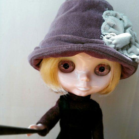 自撮り棒使ってみたわ。 どうかしら?この帽子結構気に入ってるの。 昨日作った服とあってると思うんだけど。  #blythe #hat