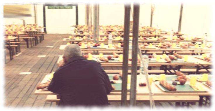 En esta imagen, del ciudadano anónimo que espera en el comedor social el comienzo de la comida, queda patente la cruel realidad de la brutal crisis económica. El rostro oculto podría ser perfectamente el de alguien que hace pocos años vivía holgadamente y el drama del desempleo y la crisis lo ha empujado a esta situación.