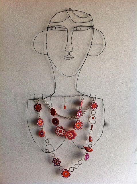 Juwelenkapstok: maak van 'mama' een ijzerdraadportret (stevige elektriciteitsdraad) en zorg ervoor dat er enkele uitsteeksels voorzien zijn waardoor zij daar haar juwelen kan aan hangen.
