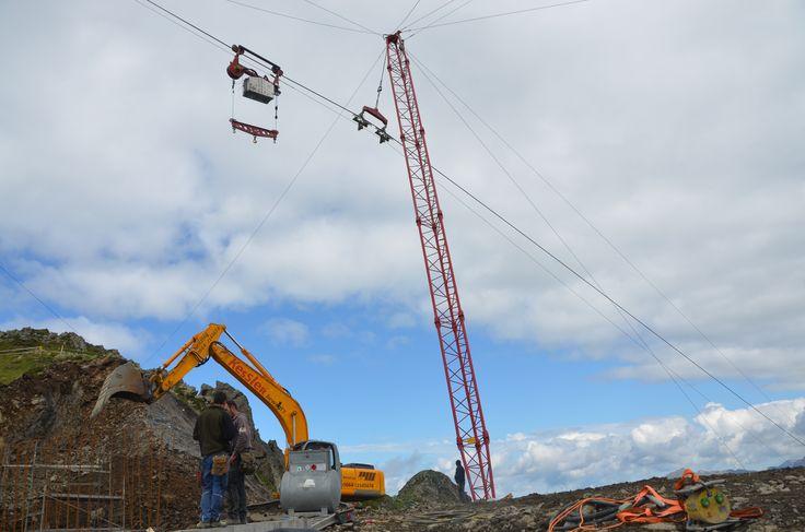 Das Material kommt mittels einer selbst aufgebauten Seilbahn. #silvrettamontafon #panoramabahn