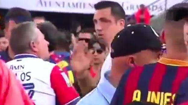 Barcelona: hinchas agredieron a fanático con camiseta del Real Madrid. Mayo 15, 2016.