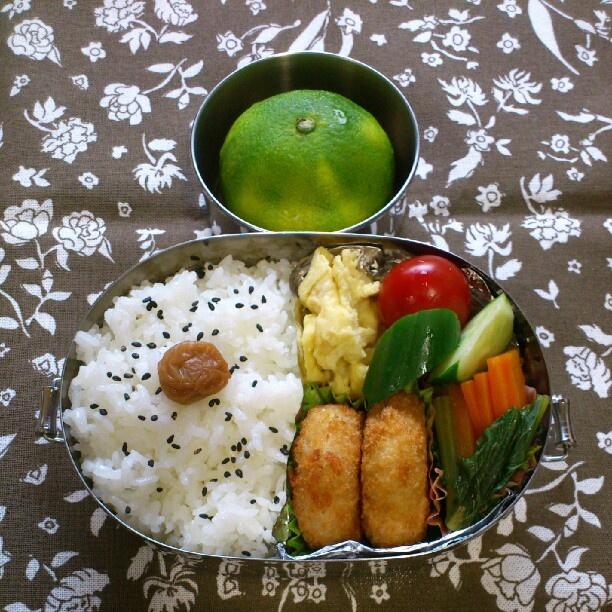 Twitter from @mko530 2012年10月2日(火)、小2娘の #お弁当 は、コロッケ、小松菜と人参と油揚げの煮びたし、卵焼き、胡瓜とミニトマト、極早生みかんです。 #obentoart #obento #給食をお弁当に