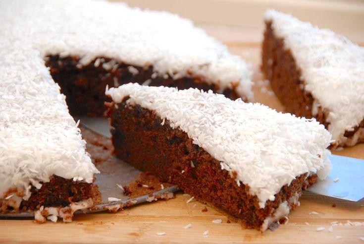 Chokoladekage kan man vel altid spise, og her er den måske allerbedste opskrift på chokoladekagen. Den er svampet og lækker, og så er den lavet med rigelige mængder kakao. Chokoladekagen pyntes med glasur og kokos eller en chokoladecreme.