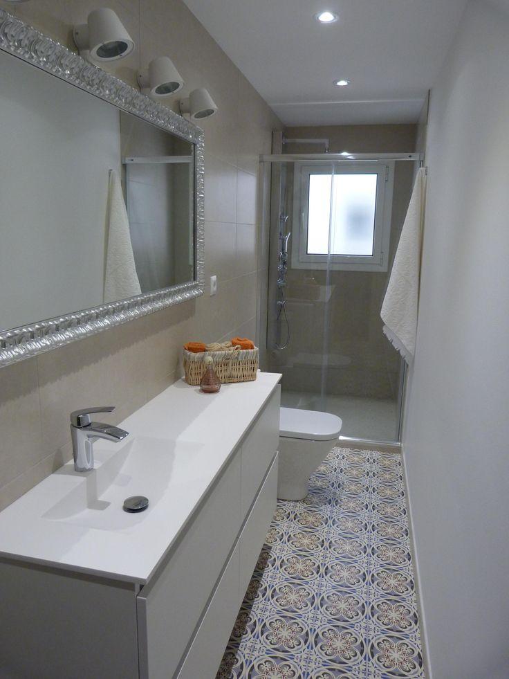Ba o j j combinaci n de blancos con suelo mosaico for Azulejo hidraulico bano