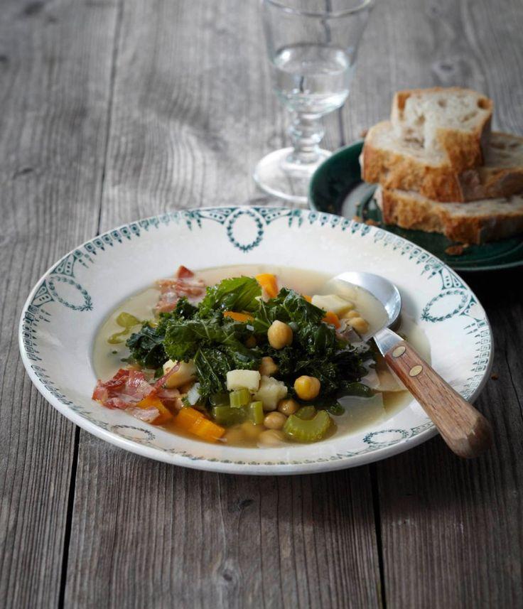 Lorbeer, Pancetta und Olivenöl würzen die wunderbare Suppe – und der Grünkohl macht neben Sellerie, Möhre, Pastinake und Kichererbsen eine fabelhafte Figur.