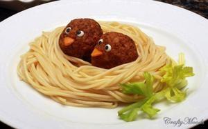 Lustige Spaghetti mit Frikandellen Vögel für den Kindergeburtstag