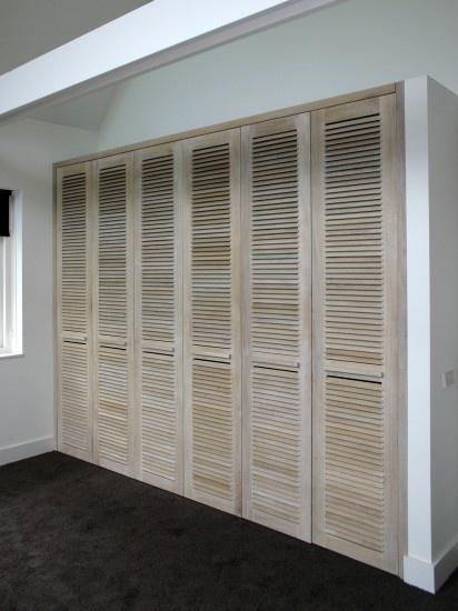 Dag 5: Nieuwe slaapkamer: Onbehandelde louvredeuren inbouwkast. Mooi wit met hout Door gracia €2500