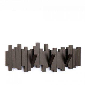 Nowoczesny wieszak Sticks holenderskiej marki Umbra. Produkt został wykonany z wysokiej jakości tworzywa sztucznego. Ten oryginalny wieszak doskonale będzie prezentował się na ścianie w przedpokoju. Z wieszaka można w łatwy sposób wysunąć 4 haczyki, które posłużą jako uchwyty na szale czy damskie torebki. Wieszak dostępny jest w 3 wersjach kolorystycznych. Maksymalne obciążenie wieszaka to 1,5 kg. Zestaw zawiera kołki montażowe.