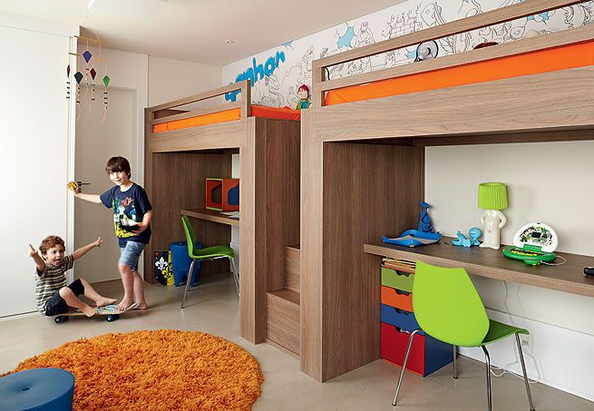 As escrivaninhas ficam embaixo das camas suspensas, com 1,60 m de altura. Assim, há mais espaço para a circulação das crianças. Projeto da arquiteta Fernanda Lovisaro