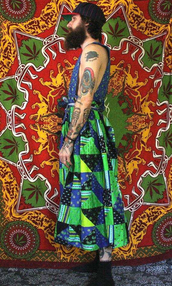 Lo que un vestido fresco y raro! De un diseño de patchwork elegante casa de campo azul y verde es un abrigo alrededor de la falda vestido con espalda abierta. Oye, soy un tio con no mucho vestido experiencia... tal vez un poco más que la mayoría de chicos, pero todavía no toneladas. Hice mi mejor poner esta cosa en mí. Estoy seguro que un portador de experiencia vestido atar mejor y averiguar lo que ese agujero es delantero y no tendría su estúpido culo hacia fuera. Pero sí, este es un…