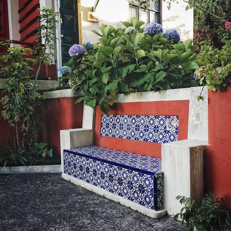 Idealna na popołudniową herbatkę. Jedynym minusem jest fakt, że stoi u kogoś w ogródku:) No i brakuje kota! #portugal #oporto #azulejos #garden #gardenlife