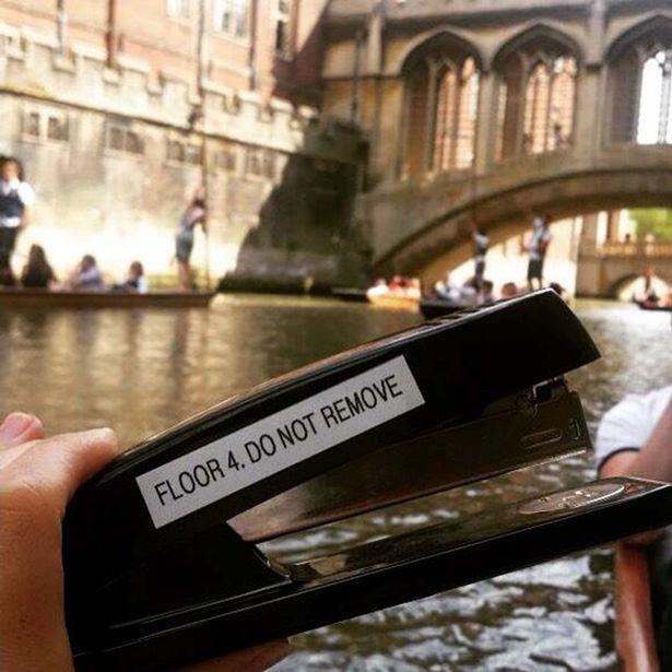Путешествие офисного степлера. Парень взял степлер с наклейкой «Не выносить» и прокатил его по миру. Снимки степлера на фоне Диснейленда, стадиона в Бостоне, Кембрижджского университета и легендарного небоскреба Эмпайр-стейт-билдинг в Нью-Йорке облетели социальные сети.   #степлер #путешествия #отпуск #степлер