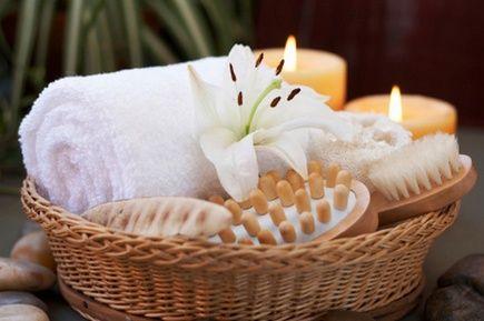 Чтобы превратить ванную в подобие SPA-салона, используют следующие декоративные элементы: цветы в вазах, маленькие букетики, камни как для стоунтерапии, свечи крупные и плавающие, наборы для СПА в плетеных контейнерах и корзинках, прозрачные емкости с разноцветной солью для ванны, наборы аксессуаров для ванной не из пластика и металла, а из дерева.