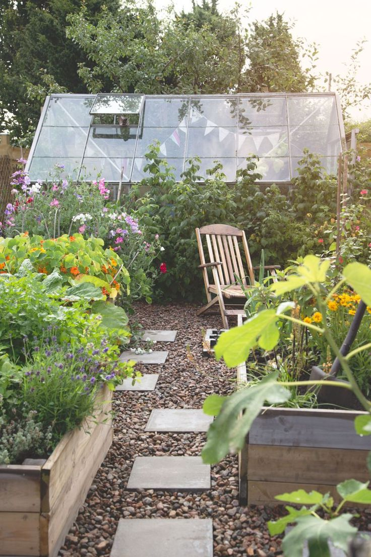 So neat and tidy. This is how I'd like the greenhouse garden to look, maybe when I'm 100.