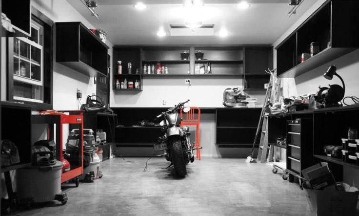 aménagement garage en noir et blanc, meubles design et revêtement de sol en béton ciré