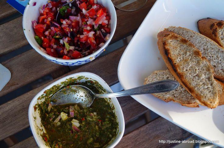 chimichurri, salsa pomidorowa i bagietka z grilla