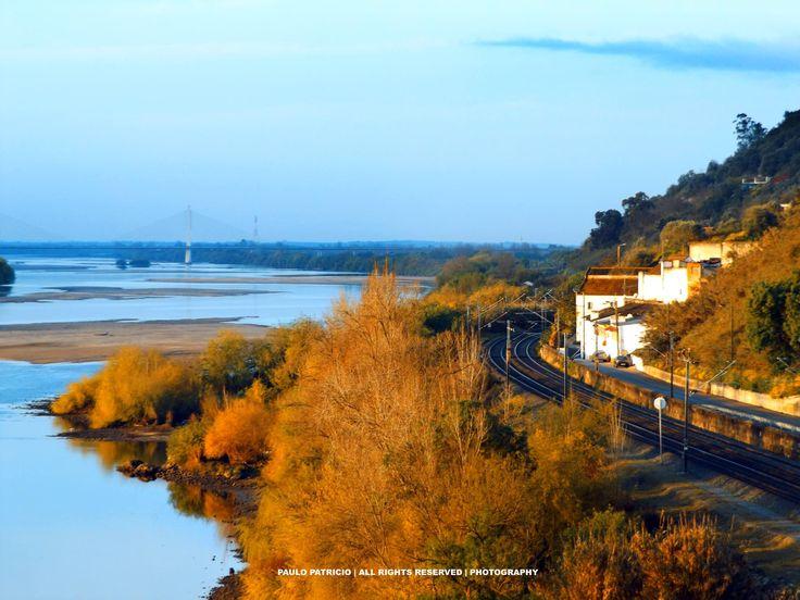 Passagem matinal do rio Tejo junto a Santarém, fotografado por Paulo Patrício a partir da Ponte D. Luís I, com a sua congénere Salgueiro Maia em fundo, e o pequeno lugar de Alfange na margem direita do rio.