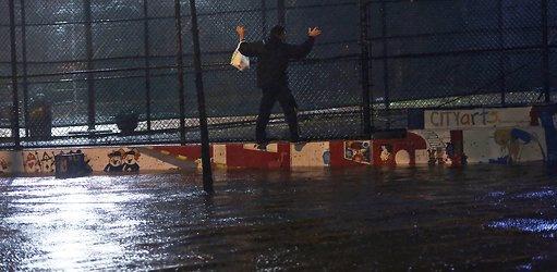 Tornare a casa.  (Un uomo 'si fa strada' in una via allagata a Lower Manhattan, 28 ottobre 2012).  Ph: Michael Appleton