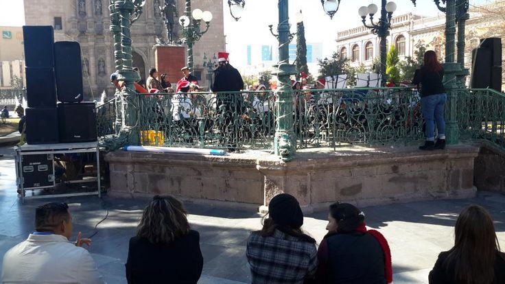 Deleitan con música navideña a transeúntes de la Plaza de Armas, jóvenes músicos de la Orquesta Infantil y Juvenil | El Puntero