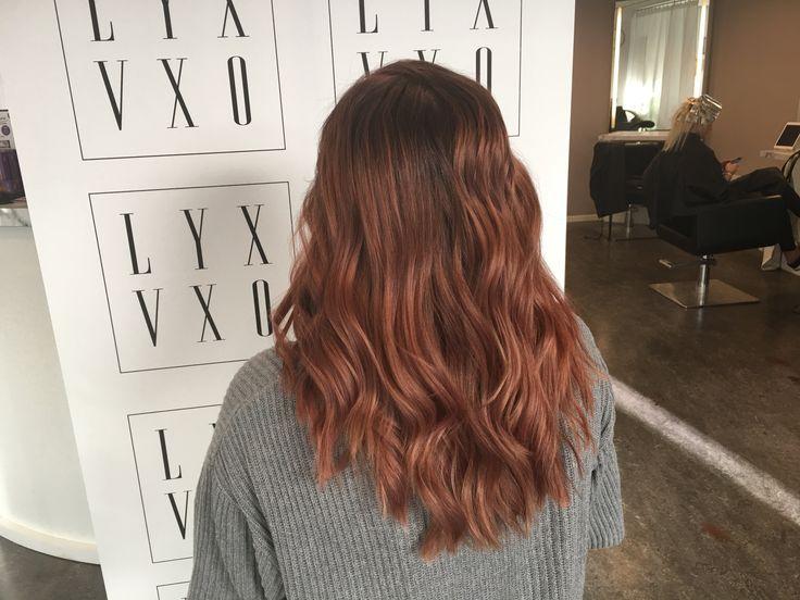 Så påverkas hårfärgen i olika ljus