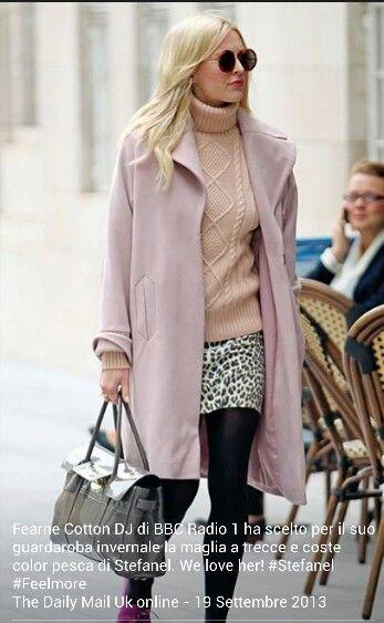 Fearne cotton di BBC radio1 ha scelto per il suo guardaroba invernale la maglia a trecce e coste color pesca