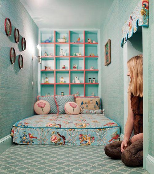 geheimes kinderzimmer verspielt originell matratze regale wand blau