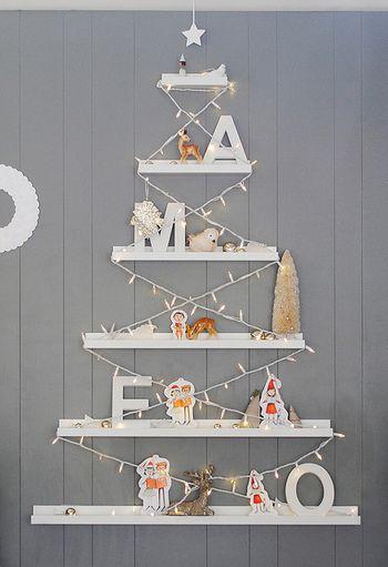 """こちらはIKEAのアート用飾り棚""""RIBBA""""を活用したディスプレイ。もともとは額などを飾るためのものですが、マチが広いので棚としても人気のアイテムなんです。カットしたRIBBAをピラミッド型に配置してイルミネーションを飾ると、ツリーのようなおしゃれなディスプレイが楽しめます♪"""