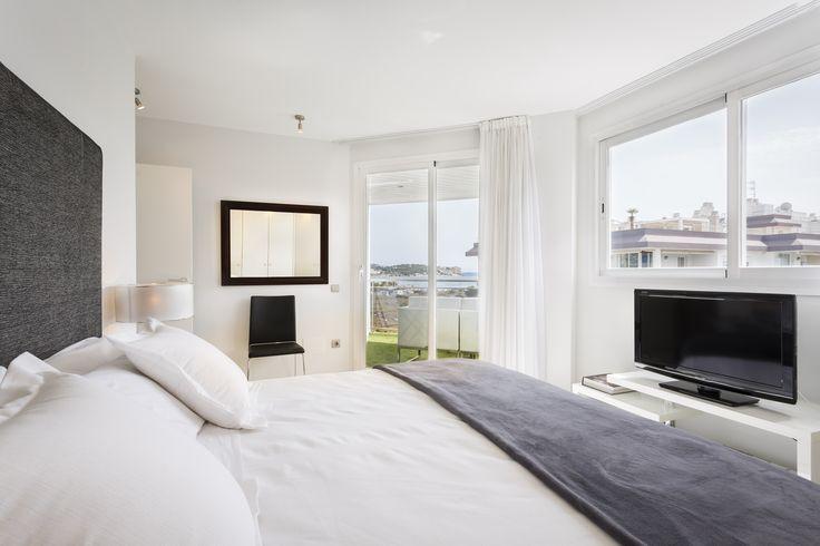 SANTORINI APARTMENT | Disfruta de una de las mejores vistas a la playa de Talamanca desde este apartamento con una decoración exquisita a partir de una gran diversidad de estilos de interiorismo. #ibiza #luxury #ibizaluxury #apartments