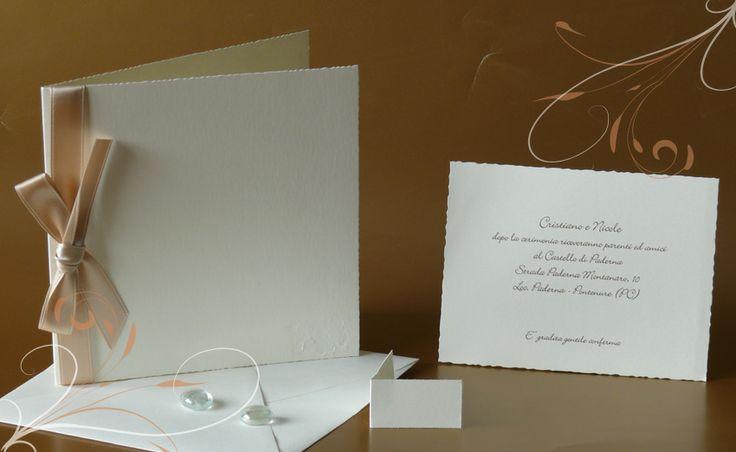 Partecipazioni di nozze, inviti di matrimonio. Partecipazione in carta avorio, con elegante nastro in raso.
