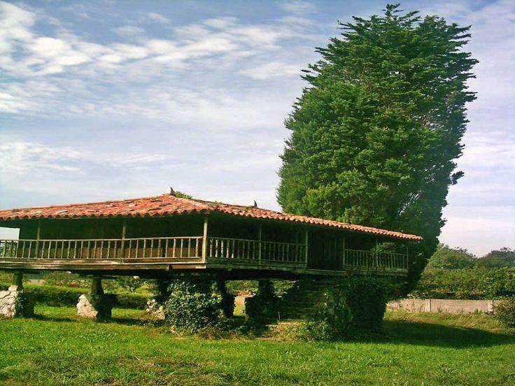 Horreo típico cerca de Luarca, Asturias