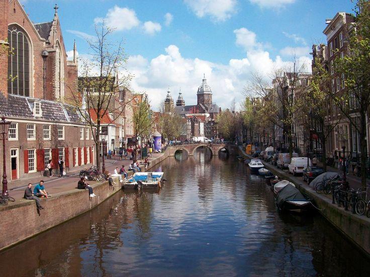 #Amsterdam - wir lieben die vielen Grachten, die filigranen Jugendstilhäuser und die duftenden Blumen überall in der Stadt  #Amsterdam #Städtereisen #Europa
