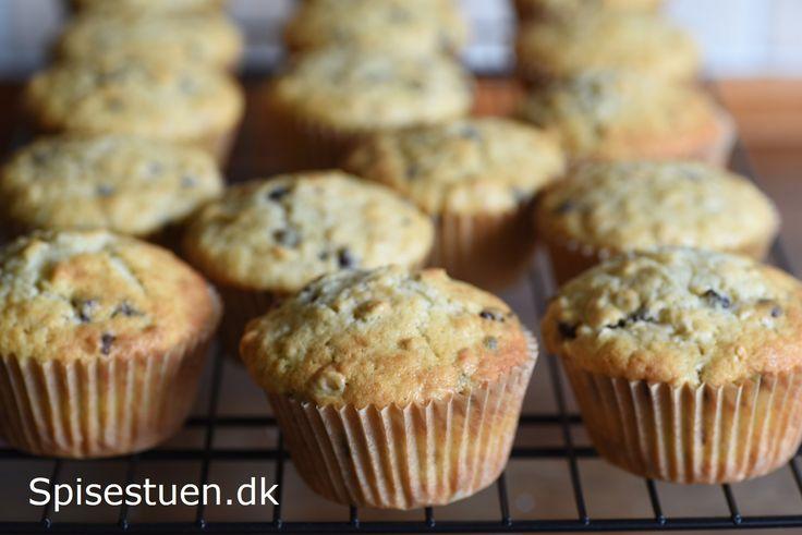 Svampede og luftigemuffins med grovvalsede havregryn og små chokolade drops fra Valrhona :-) En hyggelig og enkelt lille kage, der smager skønt til en kop kaffe – eller te :-)