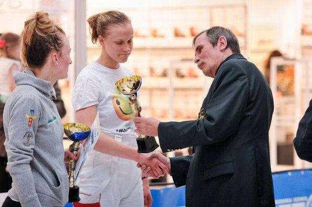 W 2007 roku w Rosji Tadeusz Pagiński (z prawej) poprowadził polskie florecistki do tytułu drużynowych mistrzyń świata. Zespół, w którym walczyły m.in. (od lewej) Magdalena Knop i Marta Łyczbińska poprzestał teraz w Moskwie na 8. miejscu./ Czytaj więcej na: http://sport.trojmiasto.pl/Ostatni-medal-MS-florecistek-w-2010-roku-Sietom-AZS-AWFiS-n92631.html#tri…