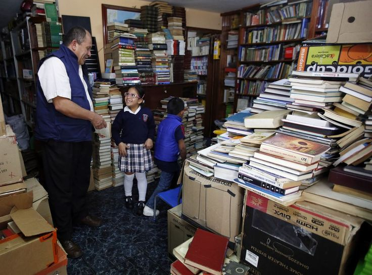 """Un cri dans la nuit: """"José, José!"""". Un des éboueurs fait des grands signes à l'arrière du véhicule. Le conducteur du camion à ordures freine pile. """"Que pasa? interroge-t-il de sa grosse voix en passant la tête à la fenêtre. """"Libros, libros! (Des livres, des livres!"""") hurle l'autre, comme s'il..."""