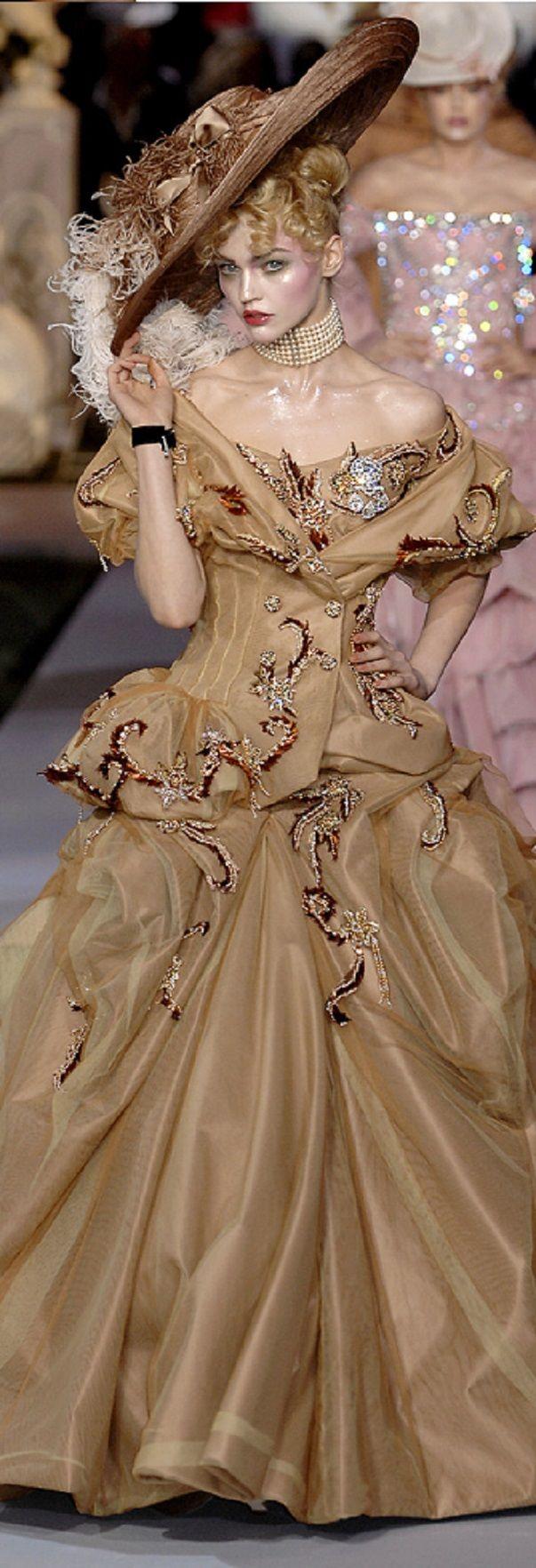 #MaFash14ContestW3NewYork. La teatralidad y la increible forma de trabajar los materiales hace a John Galliano un diseñador y marca memorable a pesar de todos los problemas que pudo tener. Christian Dior - Haute Couture fall 2007 - John Galliano