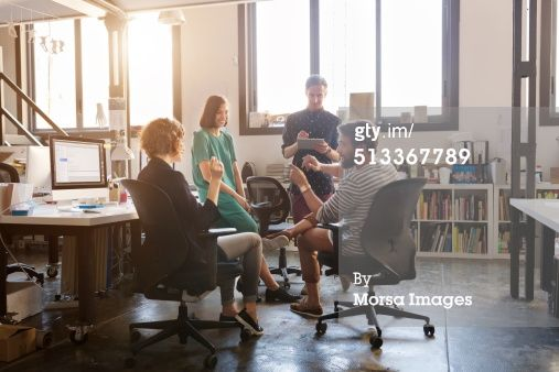 Start-up sfeer: Business people discussing in office