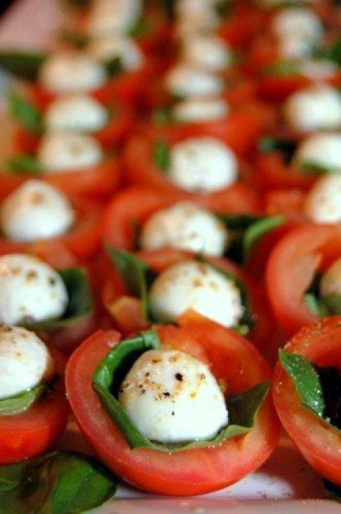 uitgeholde mini-tomaatjes opvullen met basilicum en bolletje mozzarella