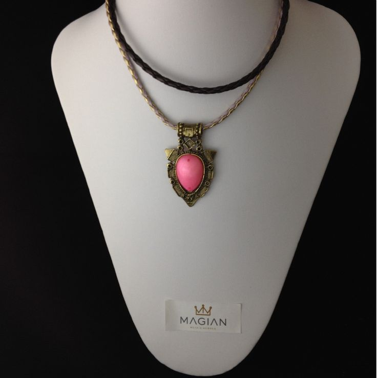 Colar duplo com pingente em ouro envelhecido e detalhe em pedra rosa.