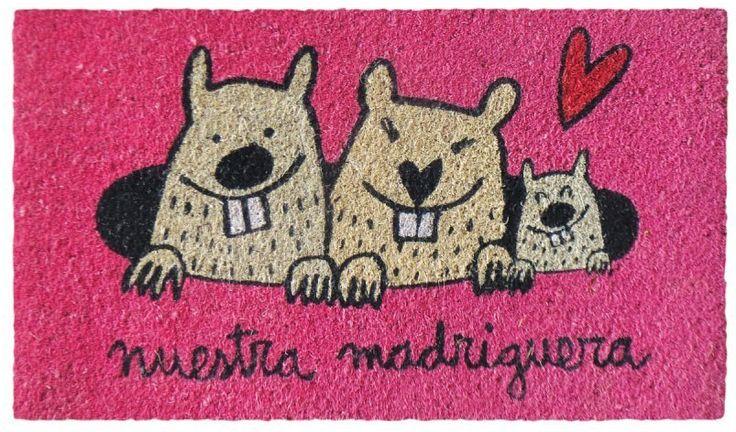 Felpudo Nuestra madriguera. Un felpudo original y muy colorido perfecto para regalar. Con diseño de Anna Llenas, y lo tenemos en Decocuit, regalos y decoración en Burgos y también en www.decocuit.com.